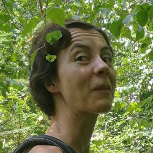 Susann Fackler steht im Wald